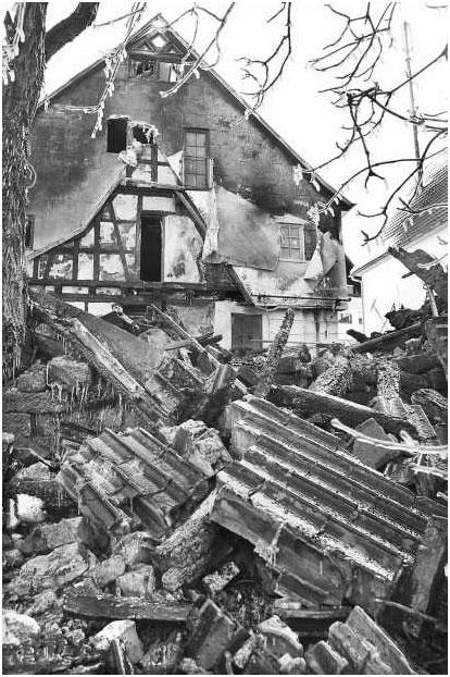 Im Hintergrund das beschädigte Fachwerkhaus, das nun ein Statiker untersucht